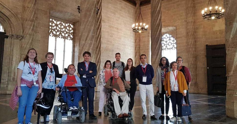Blogeros extranjeros posan con equipo de Accessible Madrid en un fan trip en Valencia