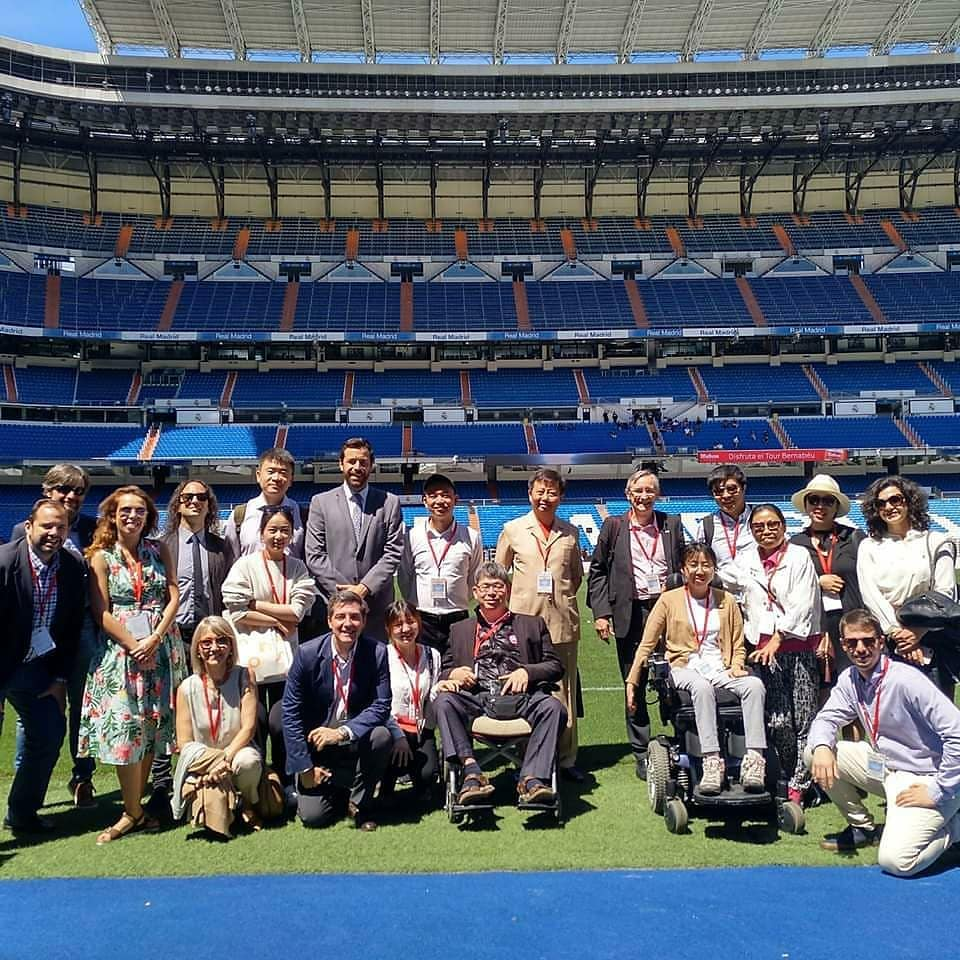 Personas del gobierno chino y Accessible Madrid en un fan trip en el Bernabeu